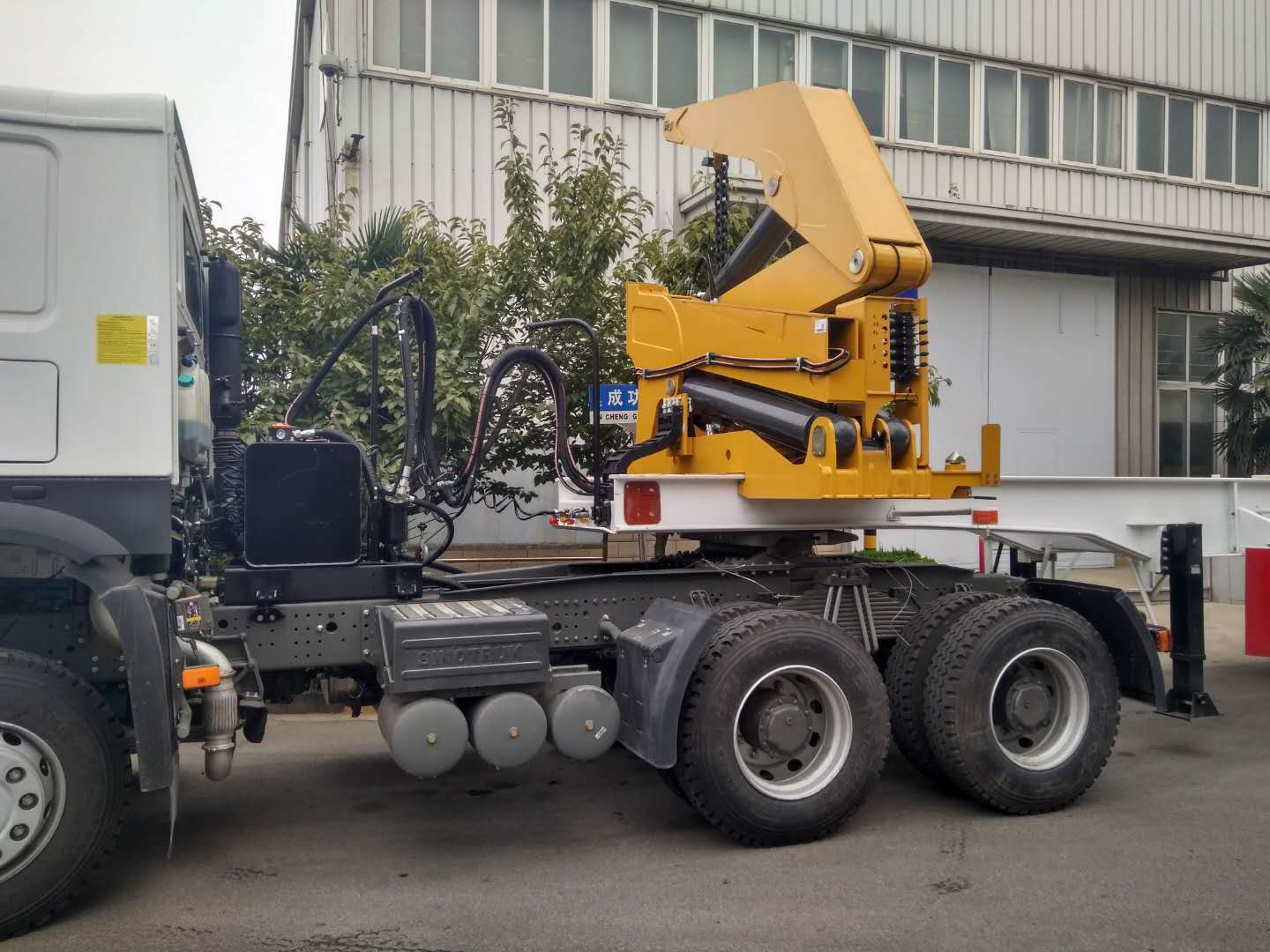 China XCMG Sidelifter Trailer carrying 20ft 40ft containers